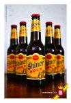 Un six pack de Shiner Bock, esperando ser enfriadas en hielo