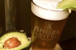 Servida con una rodaja de aguacate, esta Avocado Ale. Imagen cortesía de Angel City Brewery