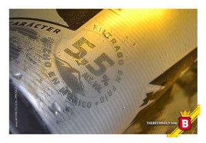 """Uno de los """"claims"""" de esta Titanium, su 5.5% ABV, destacado en este sello."""