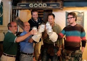 Los maestros de Dogfish Head, brindando con una Celest-Jewel-Ale