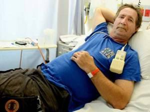 """El """"Valiente Rod"""": casual, después de beberse una cerveza y ser mordido por la serpiente más venenosa de Australia."""